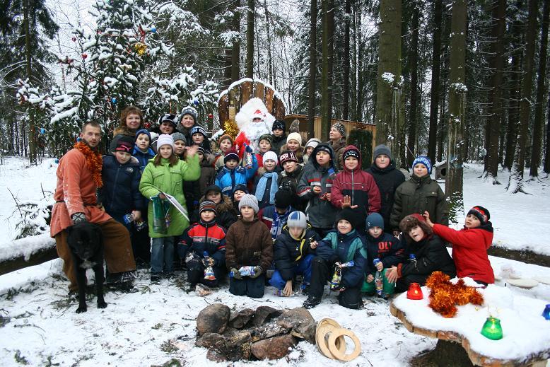 Дед Мороз в окружении ребят