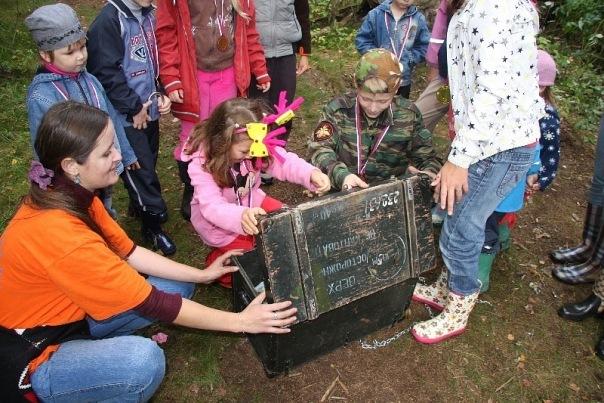 Дети нашли клад и открывают сундук