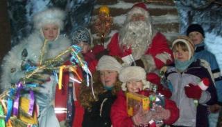 Дети с Дедом Морозом и Бабушкой Ягой