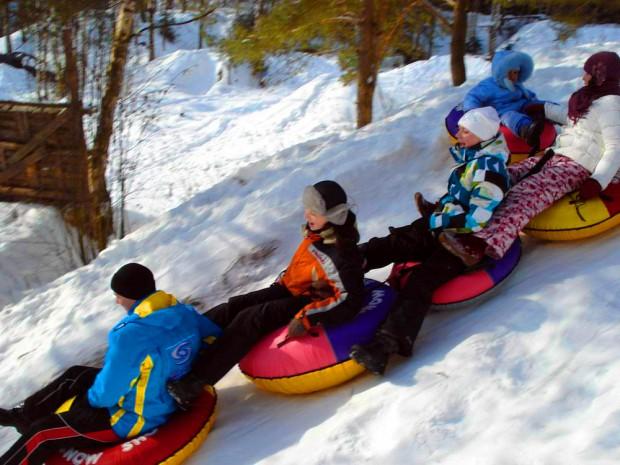 Катание со снежных гор нравится детям и взрослым