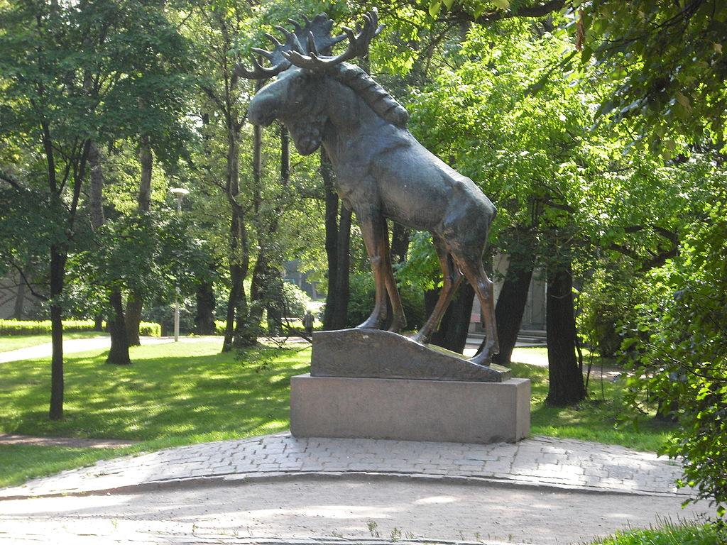 1024px-Hirvipatsas_Viipurin_Torkkelinpuistossa